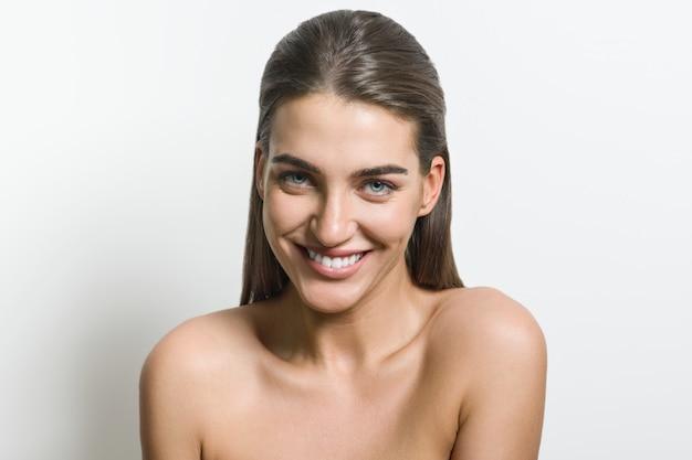 Retrato mujer joven con hermosa sonrisa