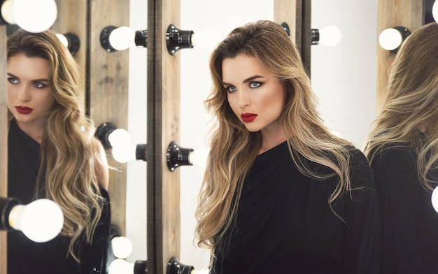 Retrato de mujer joven impresionante con un hermoso maquillaje y peinado