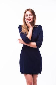 Retrato de una mujer joven impresionante posando en vestidito negro aislado sobre fondo blanco.