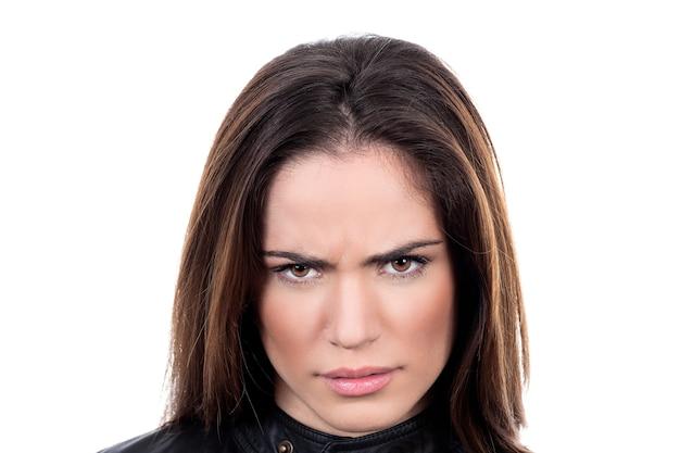 Retrato de mujer joven insatisfecha sobre fondo blanco.