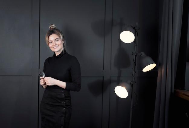 Retrato de mujer joven inteligente posando en la oficina