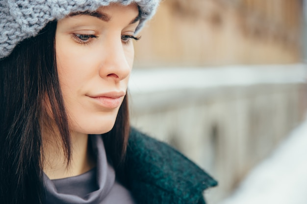 Retrato de mujer joven de invierno. muchacha sonriente joven hermosa en su ropa caliente del invierno.