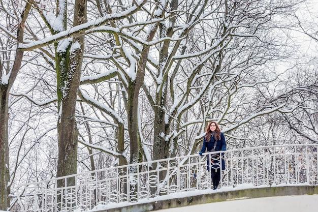 Retrato de mujer joven invierno