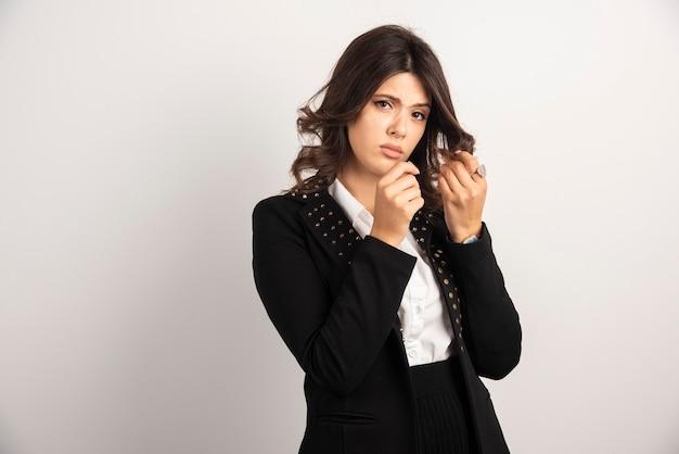 Retrato de mujer joven jugando con su cabello.