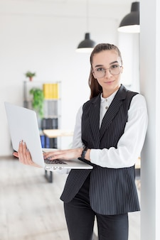 Retrato de mujer joven con laptop