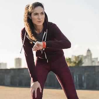 Retrato de mujer joven lista para correr