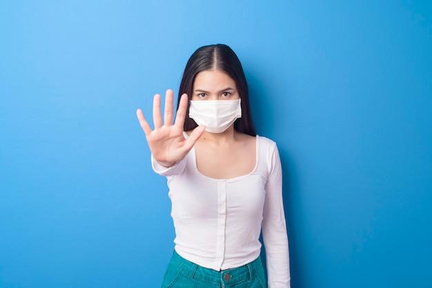 Retrato de mujer joven lleva mascarilla