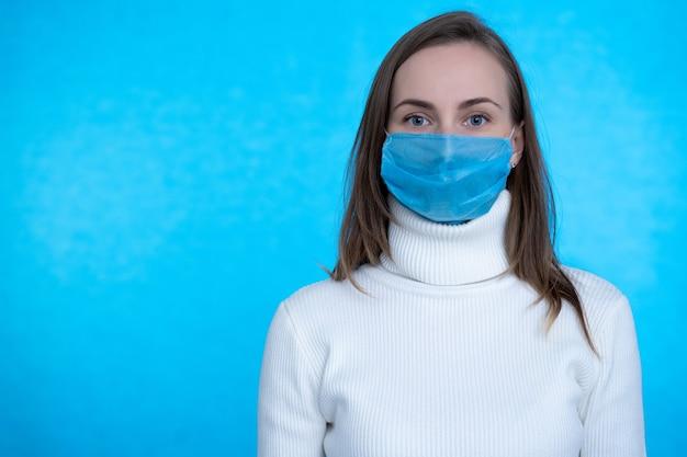 Retrato, de, mujer joven, llevando, máscara médica