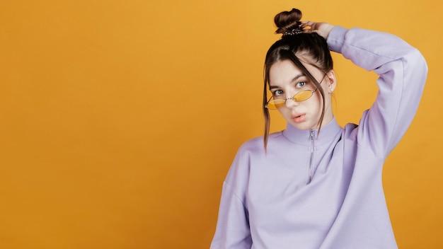 Retrato, mujer joven, llevar lentes de sol