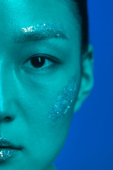 Retrato, mujer joven, con, maquillaje, cicatrizarse