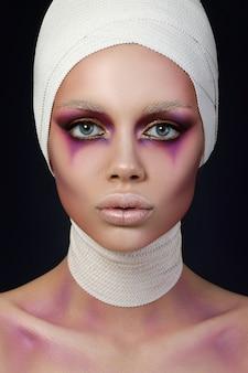 Retrato de mujer joven con maquillaje de moda escénica