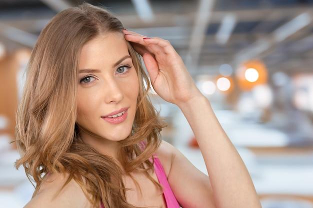 Retrato de mujer joven maravillosa