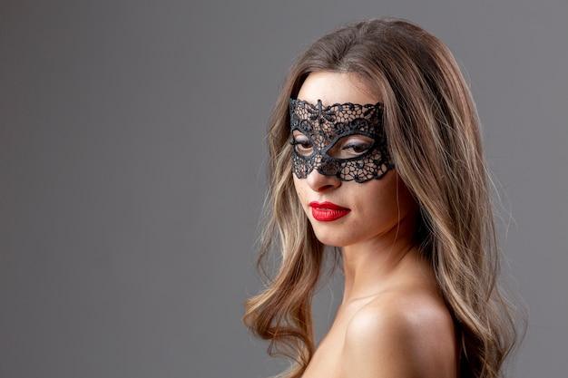 Retrato de mujer joven con máscara de carnaval