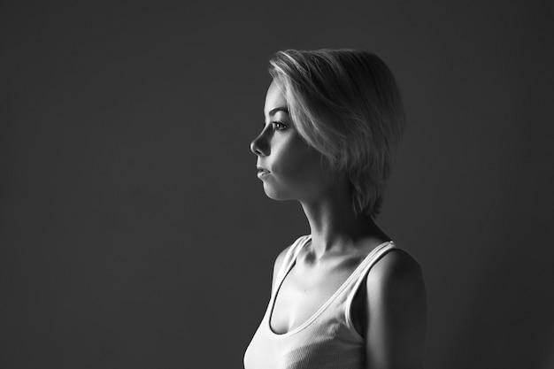 Retrato de una mujer joven mirando a otro lado, en blanco y negro photo