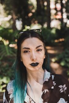 Retrato de mujer joven moderna con gafas sobre su cabeza