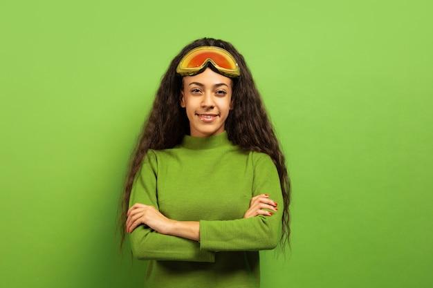 Retrato de mujer joven morena afroamericana en pasamontañas en espacio verde