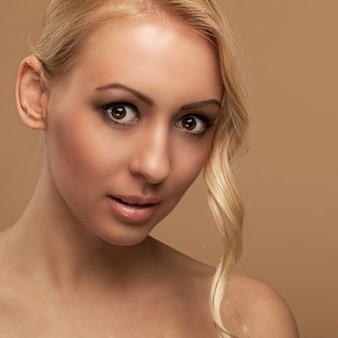 Retrato de mujer joven natural