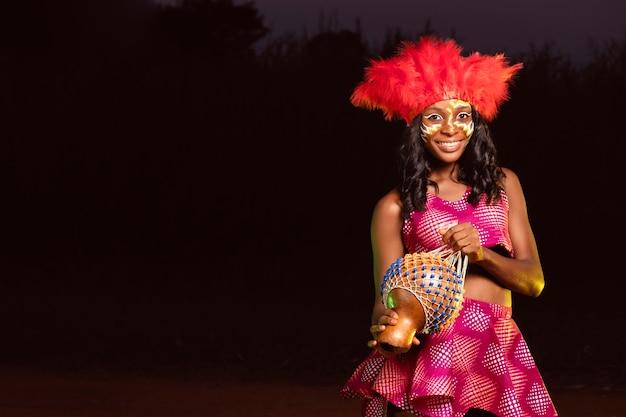 Retrato, mujer joven, por la noche, en, carnaval