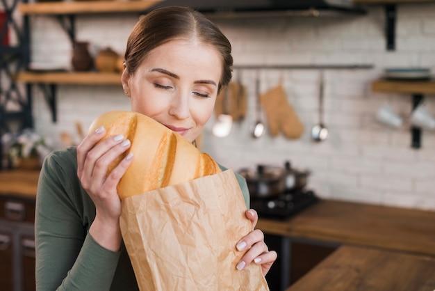 Retrato de mujer joven orgullosa de pan fresco