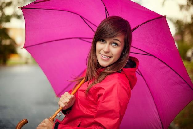 Retrato, de, mujer joven, con, paraguas