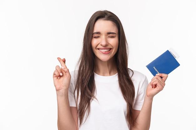 Retrato, mujer joven, con, pasaporte