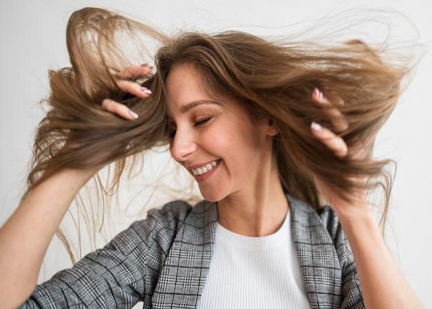 Retrato, mujer joven, con, pelo, vuelo
