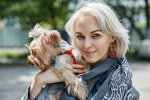 Un retrato de una mujer joven con un perrito