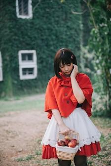 Retrato mujer joven con poco rojo
