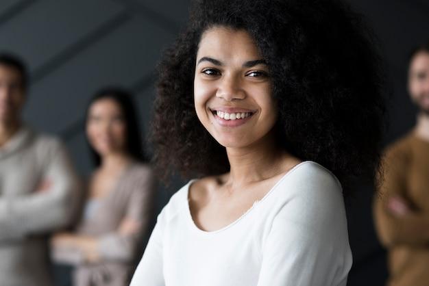 Retrato de mujer joven positiva sonriendo