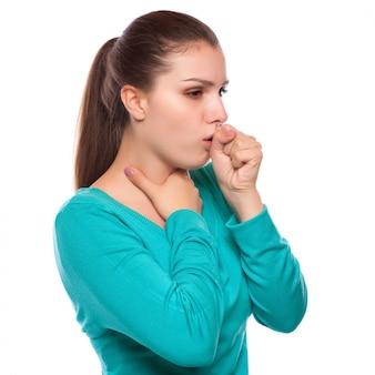 Retrato de una mujer joven que tose con el puño