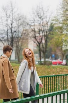 Retrato de mujer joven riendo
