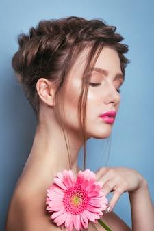 Retrato de mujer joven romántica con flor rosa. foto de moda de primavera. inspiración de primavera y verano.
