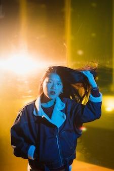 Retrato de mujer joven saliendo de noche