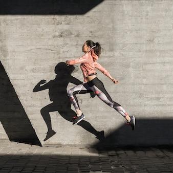 Retrato de mujer joven saltando