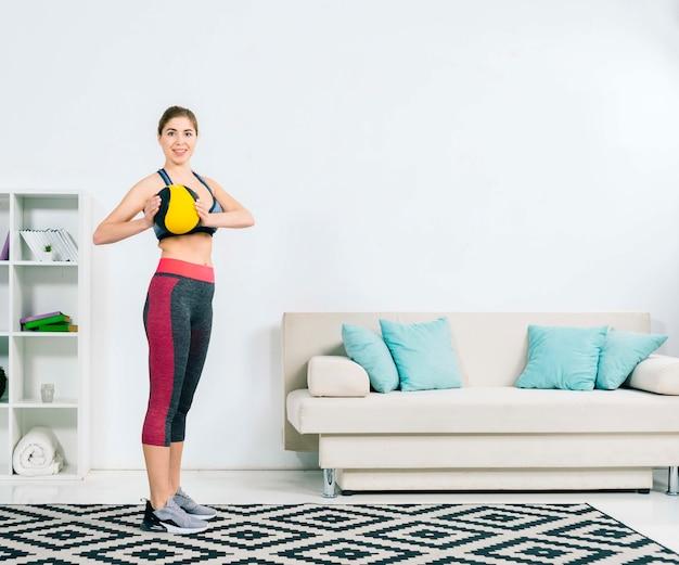 Retrato de una mujer joven sana que sostiene la bola médica disponible