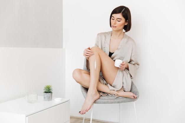 Retrato de una mujer joven sana vestida con bata de baño