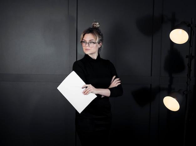 Retrato de mujer joven segura con papeles