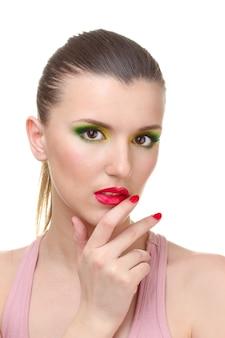 Retrato de mujer joven sexy con maquillaje glamour y manicura roja