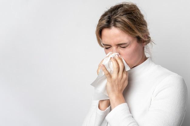 Retrato de mujer joven con síntomas de enfermedad