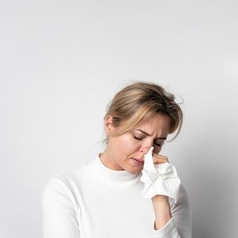 Retrato de mujer joven con síntomas de infección