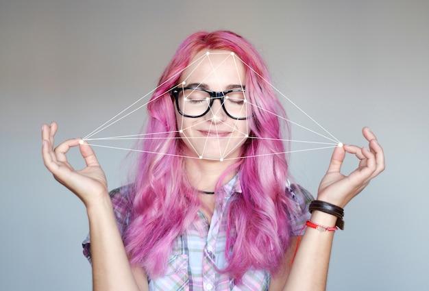 Retrato de una mujer joven y sistema de reconocimiento facial