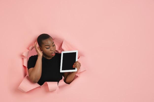 Retrato de mujer joven sobre fondo rosa roto roto