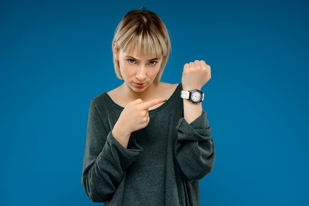 Retrato de mujer joven sobre pared azul