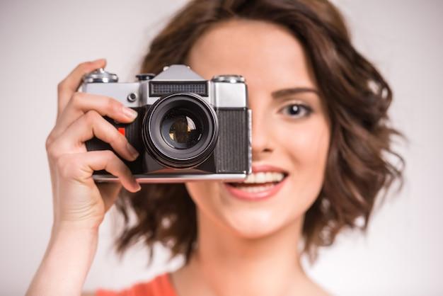 Retrato de la mujer joven sonriente de la belleza que hace la foto.