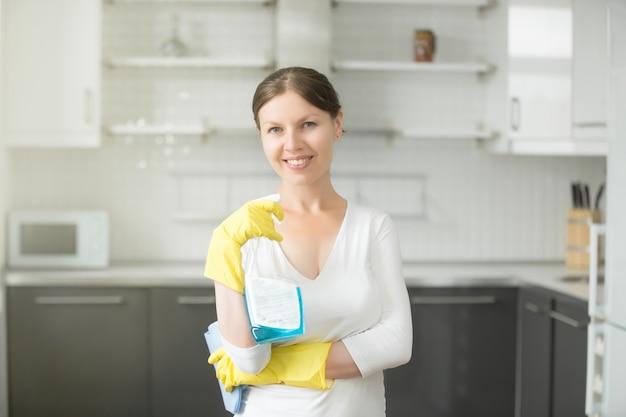 Retrato de mujer joven sonriente en la cocina