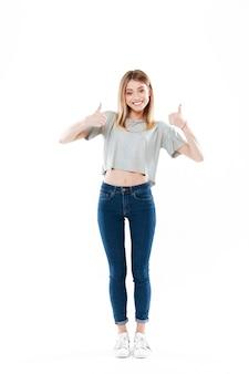 Retrato de una mujer joven sonriente feliz de pie