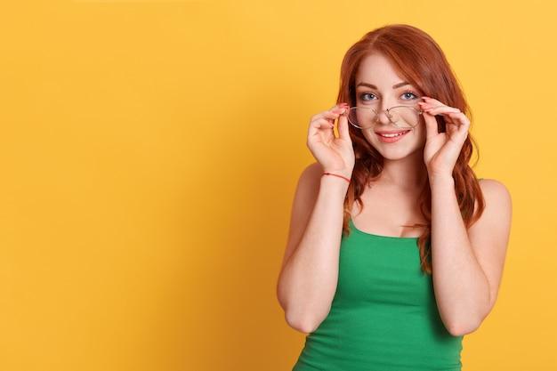 Retrato, de, mujer joven, tenencia, marco, de, anteojos