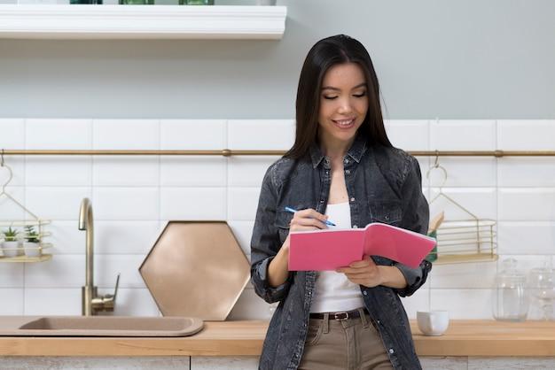Retrato de mujer joven tomando notas