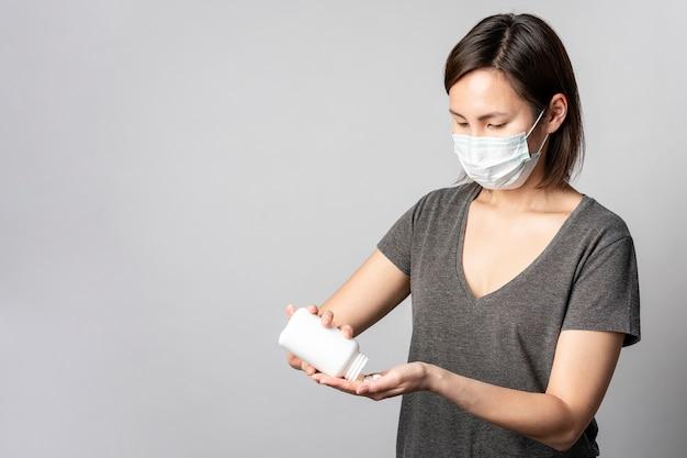 Retrato de mujer joven tomando tratamiento médico