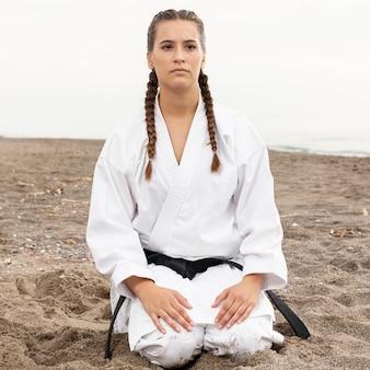 Retrato de mujer joven en traje de artes marciales